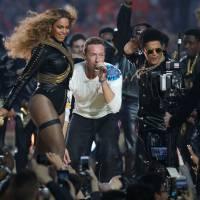 Beyoncé et Bruno Mars volent la vedette à Coldplay au Super Bowl 2016 : la vidéo de leur show