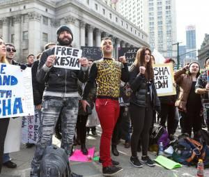 Kesha : des fans venus la soutenir lors de son procès contre Dr Luke, le 19 février 2016