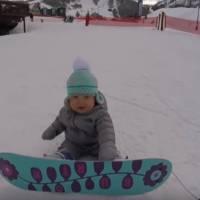 Une fillette de 1 an fait du snowboard : la vidéo à plus d'un million de vues