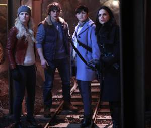 Once Upon a Time saison 5, épisode 13 : Emma (Jennifer Morrison), Hercule (Jonathan Whitesell), Mary Margareth (Ginnifer Goodwin) et Regina (Lanna Parrilla) sur une photo