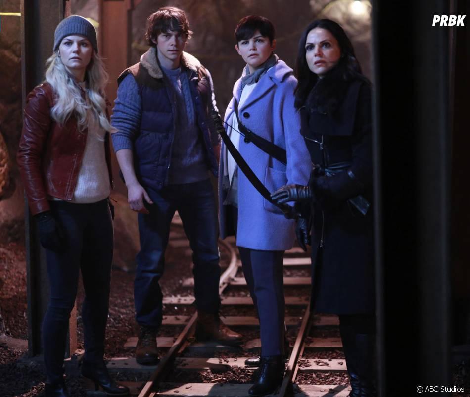 Once Upon a Time saison 5, épisode 13 : Emma (Jennifer Morrison), Hercule (Jonathan Whitesell), Mary Margareth (Ginnifer Goodwin) et Regina (Lanna Parrilla) sur une photo
