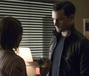 The Vampire Diaries saison 7, épisode 18 : Enzo (Michael Malarkey) sur une photo