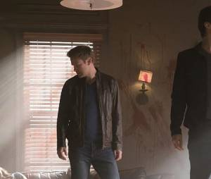 The Vampire Diaries saison 7, épisode 18 : Alaric (Matt Davis) et Damon (Ian Somerhalder) sur une photo