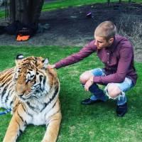 Justin Bieber pose avec un tigre, la PETA voit rouge