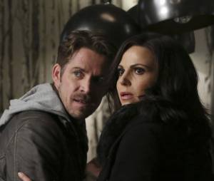 Once Upon a Time saison 5, épisode 21 : Robin (Sean Maguire) et Regina (Lana Parilla) sur une photo