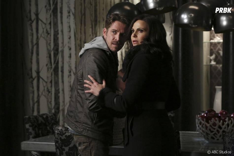 Once Upon a Time saison 5, épisode 21 : Robin (Sean Maguire) et Regina (Lana Parilla) sur une photo