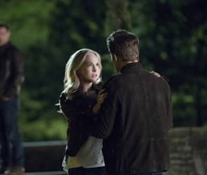 The Vampire Diaries saison 7, épisode 22 : Caroline (Candice Accola) face à Stefan (Paul Wesley) sur une photo