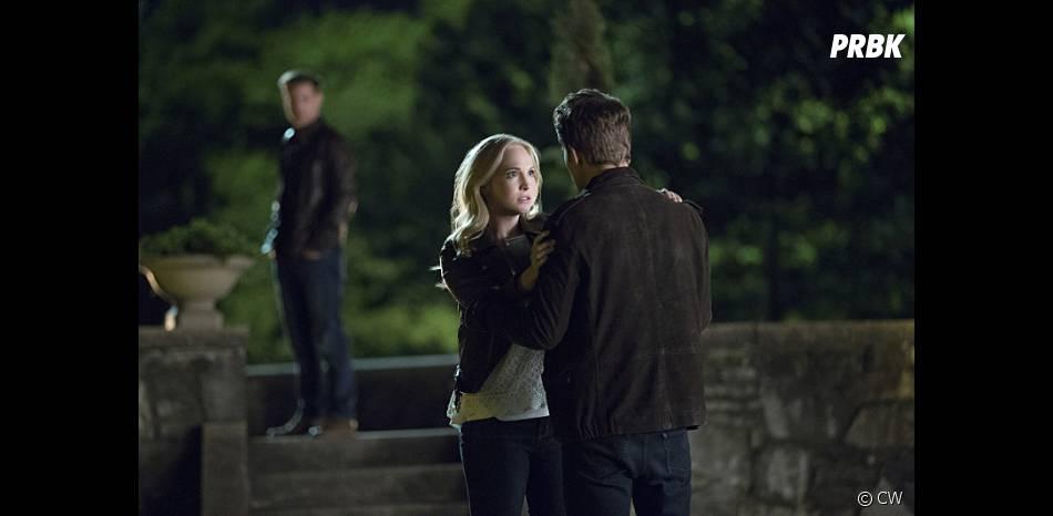 The Vampire Diaries saison 7, épisode 22 : Caroline (Candice Accola) face à Stefan (Paul Wesley) sur une photo