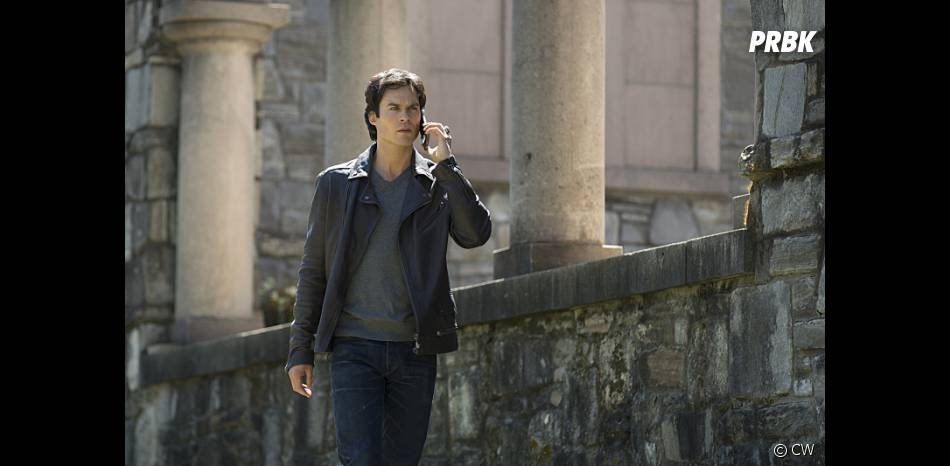 The Vampire Diaries saison 7, épisode 22 : Damon (Ian Somerhalder) sur une photo