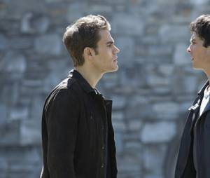The Vampire Diaries saison 7, épisode 22 : Stefan (Paul Wesley) face à Damon (Ian Somerhalder) sur une photo