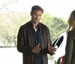 The Vampire Diaries saison 7, épisode 22 : Alaric (Matt Davis) sur une photo