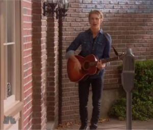 Austin Butler chante dans un épisode de la série Are You There, Chelsea ?