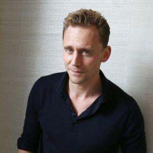"""Tom Hiddleston : le chéri de Taylor Swift remporte le prix de """"plus belles fesses"""" de 2016"""