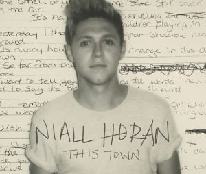 "Niall Horal chante en live acoustique son single ""This Town""."
