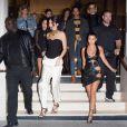 Kourtney Kardashian était aussi entourée de Kendall Jenner et d'amis pour accompagner Kim Kardashian à Paris.