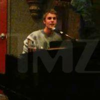 Justin Bieber offre un mini concert surprise et gratuit dans un bar 🎤