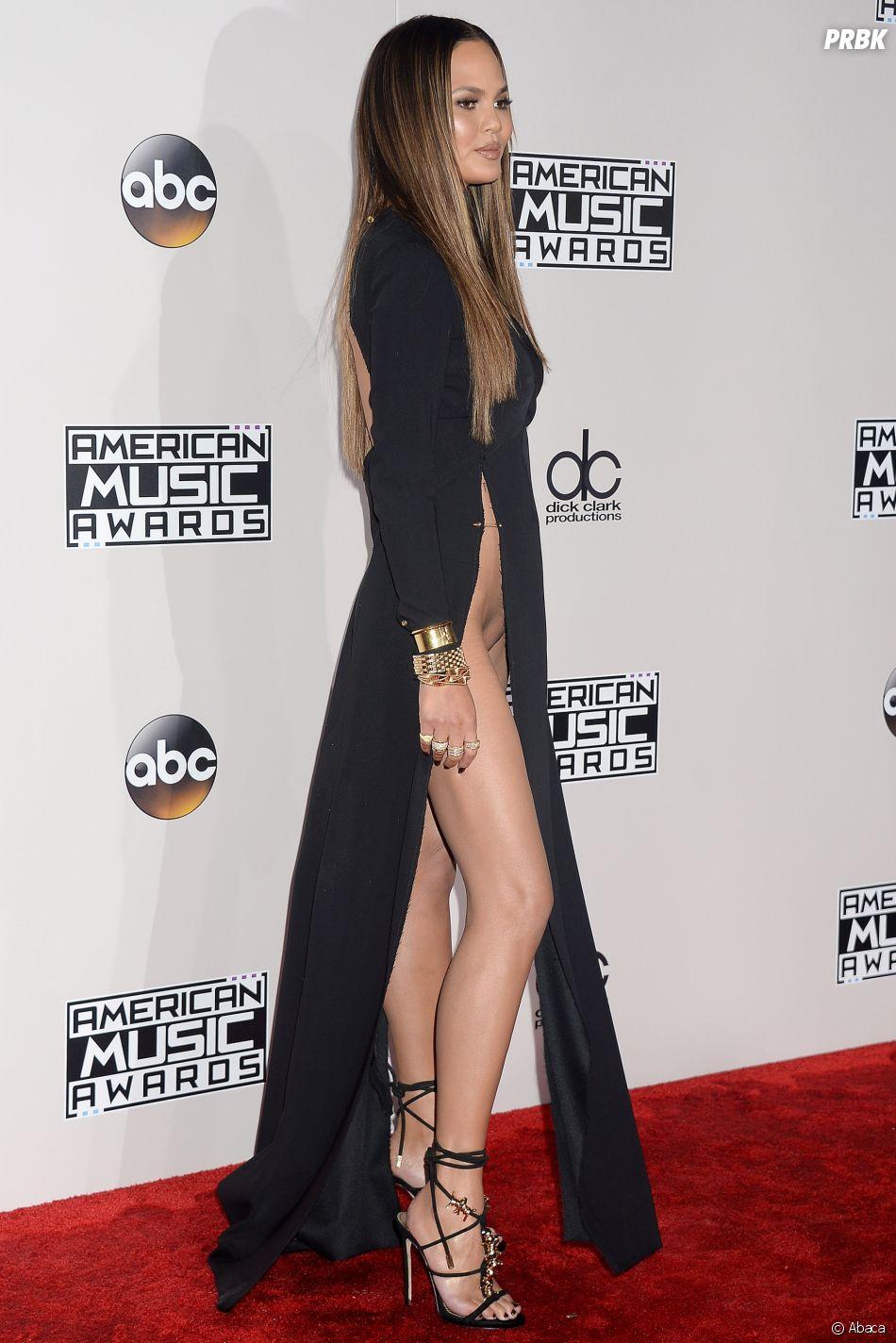 Chrissy Teigen avait créé le buzz aux American Music Awards 2016, s'affichant nue sous sa robe ultra fendue.