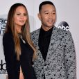 Chrissy Teigen au bras de son mari John Legend aux American Music Awards 2016..