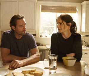 Josh Holloway face à Sarah Wayne Callies dans Colony