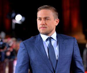 """Charlie Hunnam """"traumatisé"""" d'avoir abandonné le rôle de Christian Grey ? L'acteur n'a toujours pas vu Fifty Shades of Grey avec Jamie Dornan !"""