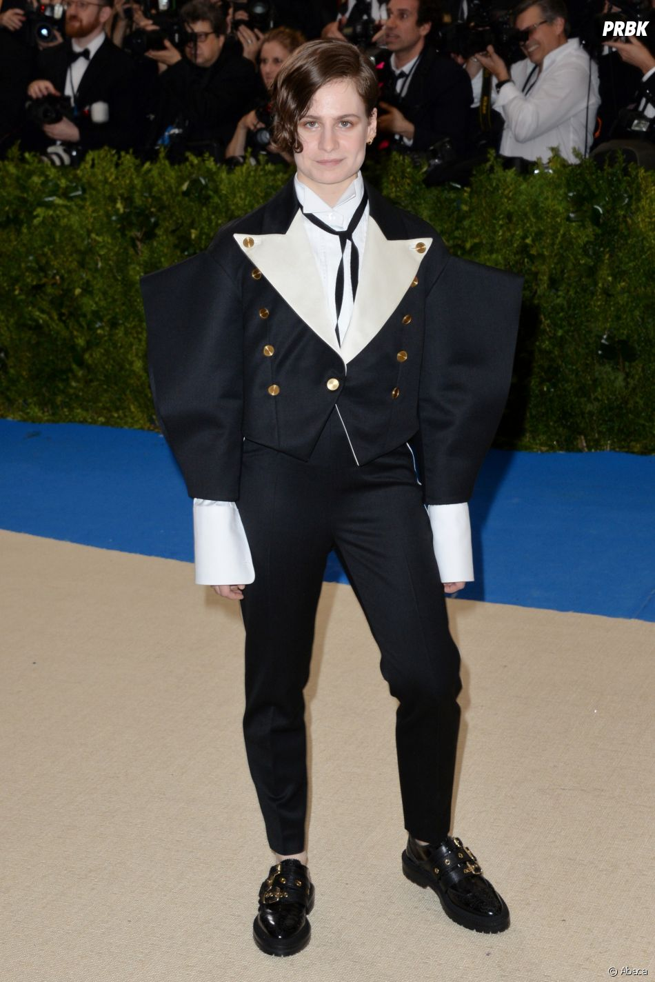 christine and the queens au met gala 2017 le 1er mai new york. Black Bedroom Furniture Sets. Home Design Ideas