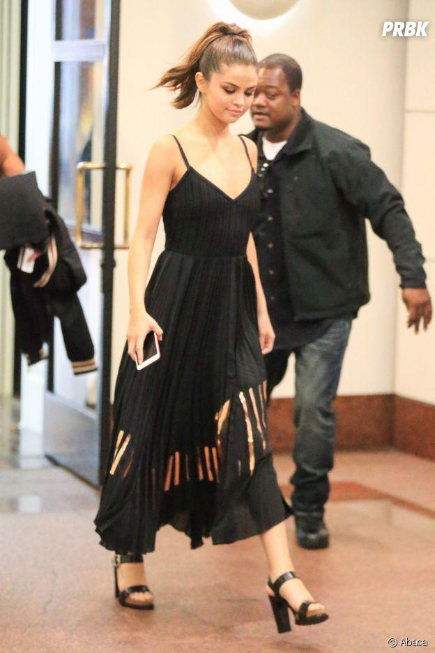 Après son side boob ultra sexy, Selena Gomez s'est changée pour une tenue plus sage.