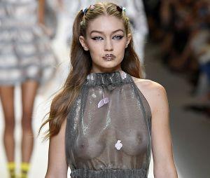 Gigi Hadid  sans soutif et toute en transparence, elle a adopté la tendance sexy !