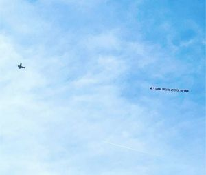 Grey's Anatomy saison 14 : un avion et une bannière pour soutenir les deux stars