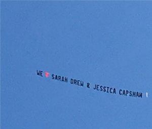 Grey's Anatomy saison 14 : un avion et une bannière pour soutenir Sarah Drew et Jessica Capshaw