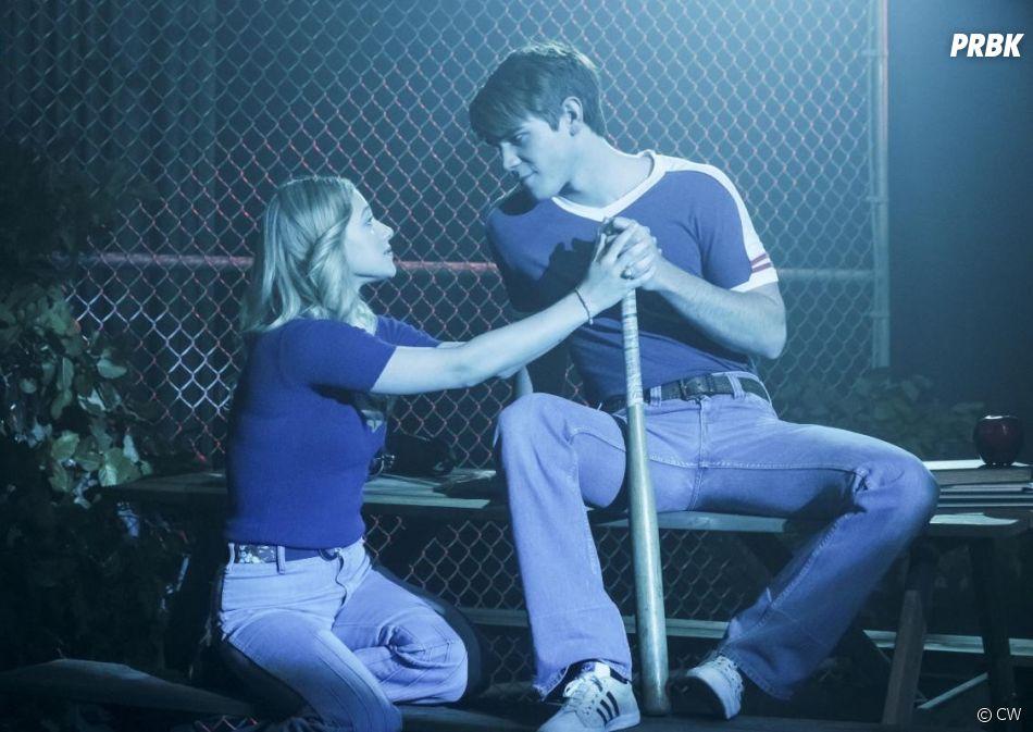 Riverdale saison 2, épisode 18 : Betty (Lili Reinhart) et Archie (KJ Apa) sur une photo