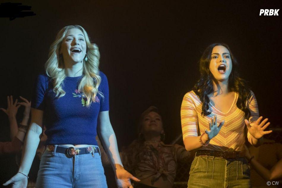 Riverdale saison 2, épisode 18 : Betty (Lili Reinhart) et Veronica (Camila Mendes) sur une photo