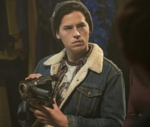 Riverdale saison 2, épisode 18 : Jughead (Cole Sprouse) sur une photo