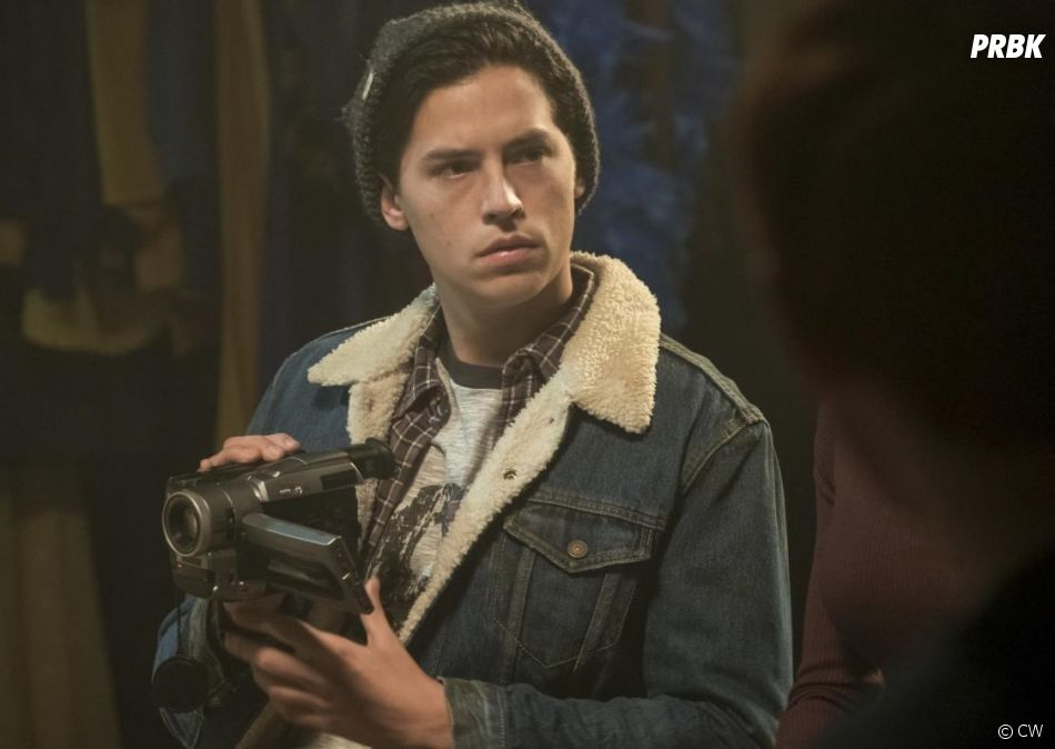 Riverdale saison 2, épisode 18 : Jughead (Cole Sprouse) sur une photo