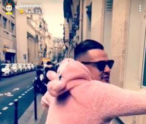 Jeremstar de retour sur Snapchat en mode WTF : il dévoile son petit ami, fait un twerk dans un déguisement rose avant de s'afficher en string !