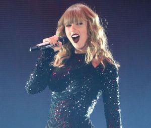 Taylor Swift chute en plein concert... et ça la fait rire
