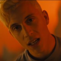 """Clip """"On Fire"""" : Loïc Nottet en plein face à face avec un dragon 🐉"""