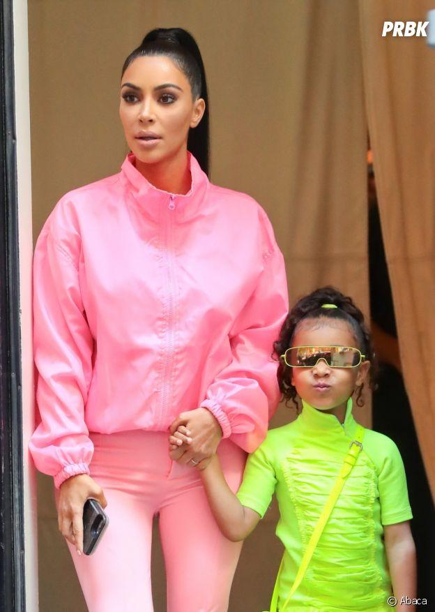 Kim Kardashian et sa fille succombent à la tendance du fluo.