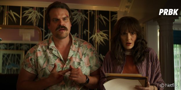 Stranger Things saison 3 : Joyce (Winona Ryder) et Jim (David Harbour) sur une photo