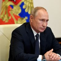 """Coronavirus : Vladimir Poutine annonce """"un vaccin efficace"""" pour janvier 2021, l'OMS inquiète"""