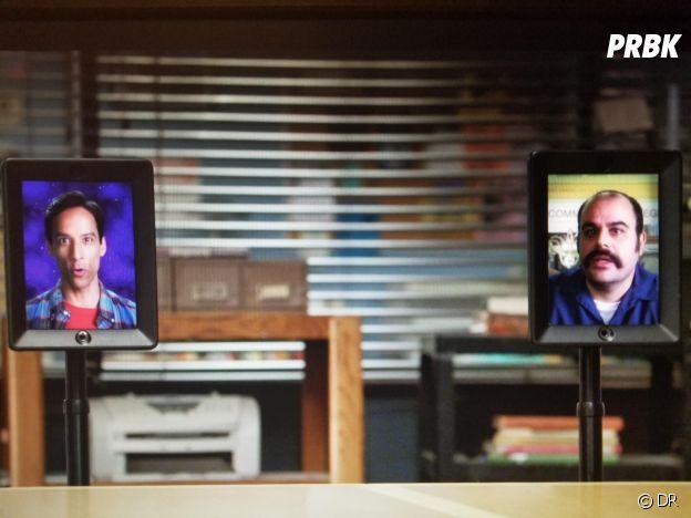 Abed dans Community et Abed Gheith qui a inspiré le personnage durant un cameo dans la saison 6