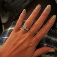 Lily Allen ... Toute fière, elle affiche sa bague de fiançailles sur Twitter