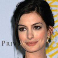Anne Hathaway ... La future Catwoman reçoit le soutien d'Aaron Eckhart