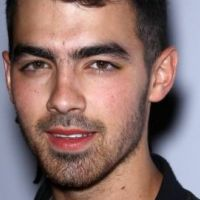 Joe Jonas se confie ... chez lui, il parle à son chien Winston