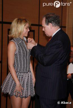 Shakira décorée Chevalier de l'ordre des arts et des lettres par Frédéric Mitterand