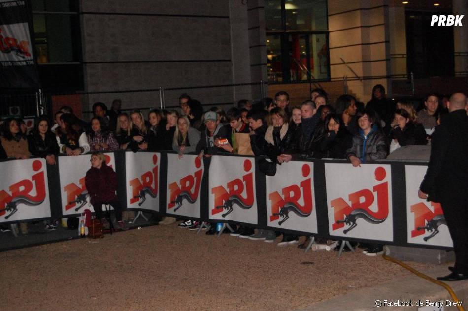 Les gens attendent devant le bateau NRJ