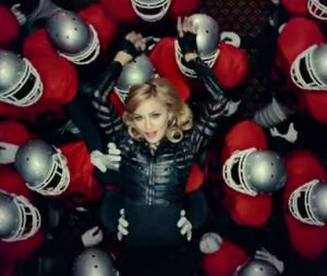 Madonna dans le clip Give Me All Your Luvin