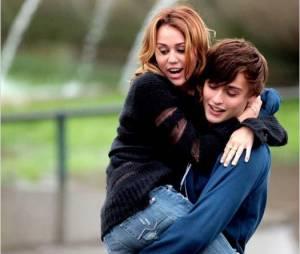 Miley Cyrus et Douglas Booth dans LOL
