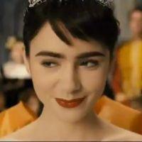 Mirror Mirror : Lily Collins et son sourire énigmatique face à Julia Roberts (VIDEO)