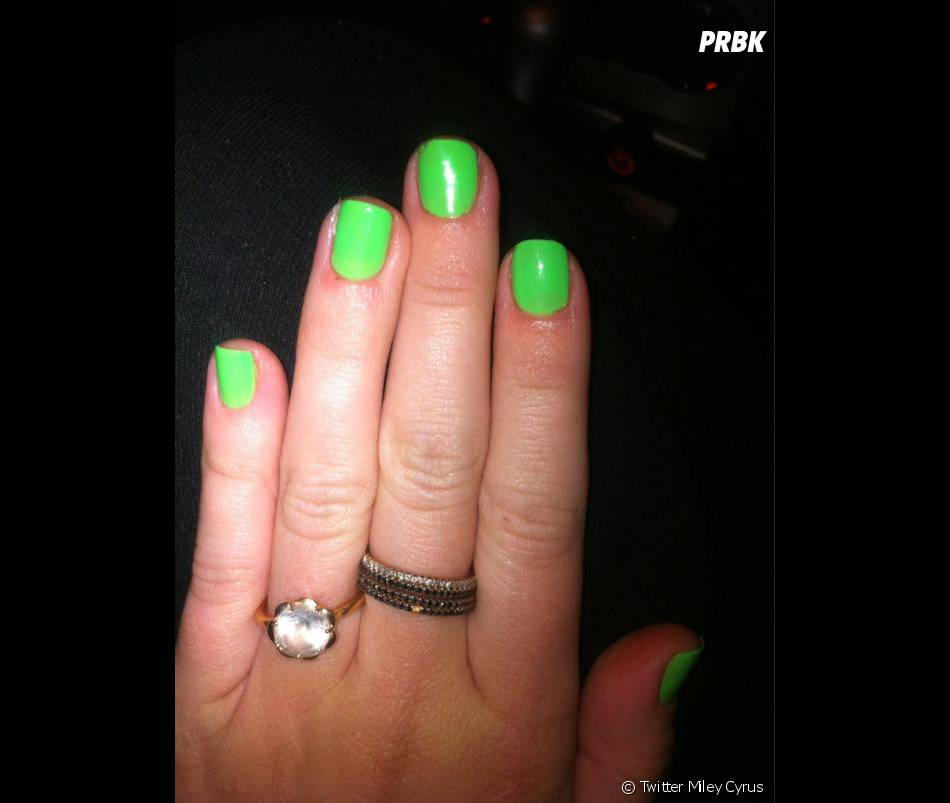 Miley et ses ongles verts