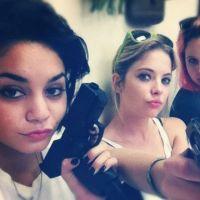Vanessa Hudgens et Ashley Benson : sexy, même avec un flingue ! (PHOTOS)